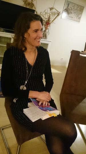 Ein Bild der Autorin Alizée Korte bei ihrer ersten Lesung in Erfurt.
