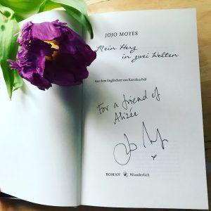 """Hier sieht man die erste Seite des Romans """"Mein Herz in zwei Welten"""", signiert von Jojo Moyes """"For a friend of Alizée"""""""